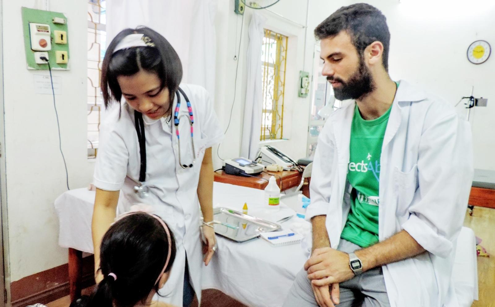 ベトナムの病院で活動する看護インターンと現地人看護婦